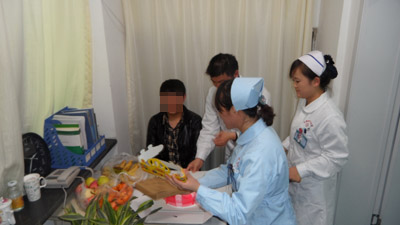 兰州北大皮肤医护人员为张健送来生日蛋糕