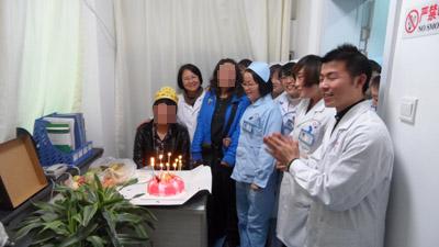 兰州北大皮肤医护人员陪伴张健过18周岁生日